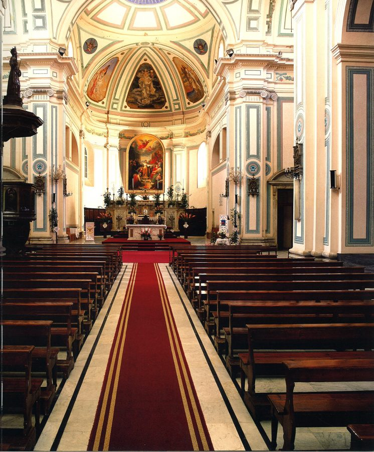 Interior view: apse with a large painting of St. Catherine (1847), St. Clara (above).