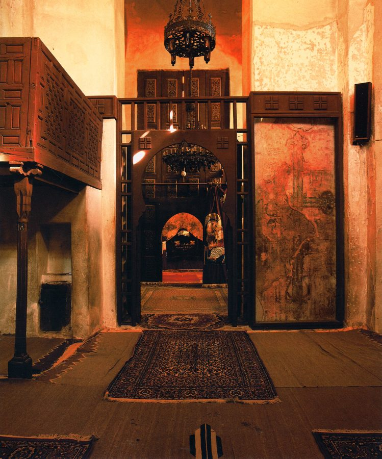 View from the nave to the central altar room. The six-meter-high wooden doors with delicately sculptured panels in front of the altar room date to the twelfth century. To the left, a ivooden ambon (pulpit).